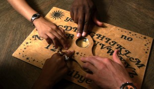 Ouija - L'origine del male: la tavoletta del male è al cinema. E in streaming...