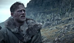 King Arthur: Il potere della spada, anche Jude Law nelle nuove clip italiane