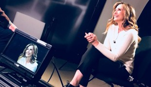 Lorella Cuccarini contro Rai 2: The Voice sfora e Fan Caraoke va in onda a notte fonda