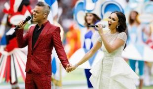 Robbie Williams e il gestaccio durante l'opening dei mondiali di calcio 2018
