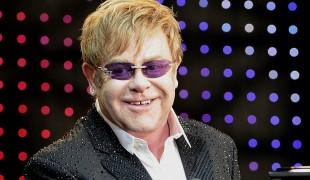 """Elton John si ribella al Vaticano: """"Guadagna dal mio film, ma condanna le unioni gay"""""""