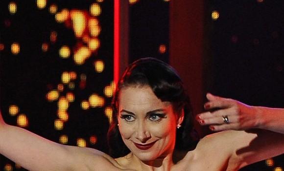 Stasera CasaMika: inaugura la seconda stagione con la Regina del Burlesque, Dita Von Teese