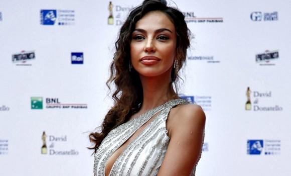 Ama giocare a scacchi e il suo mito è Sophia Loren, ecco chi è Madalina Ghenea