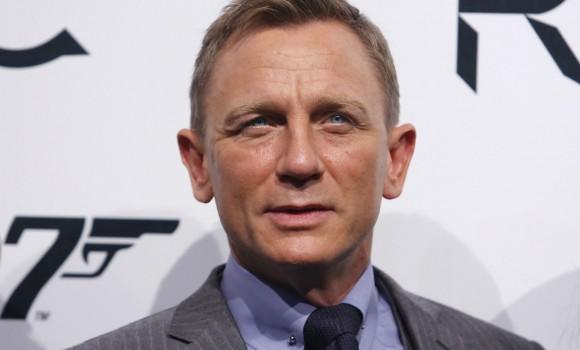 'Bond 25': foto e video dal set londinese mostrano Daniel Craig alla guida di una Aston Martin V8