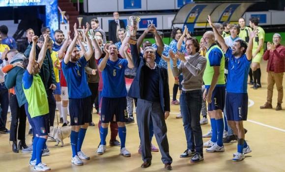 Crazy for Football – Matti per il calcio, il pallone come terapia nel film tv Rai con Castellitto