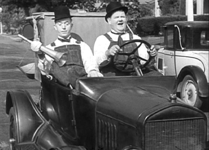 15508497633359-IMDB_stan_laurel_trainati_in _un_buco.jpg