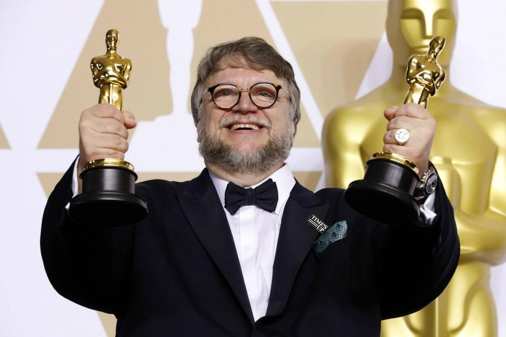 Un primo piano di Guillermo del Toro con gli Oscar vinti per The Shape of Water