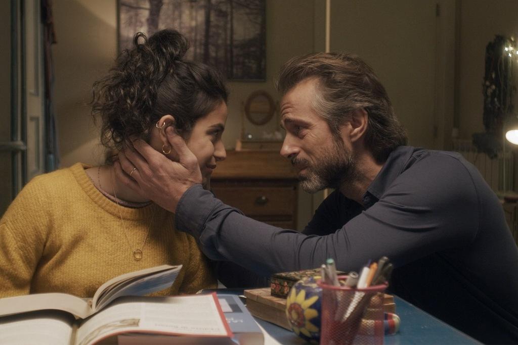 Fotinì Peluso e Kim Rossi Stuart in una scena del film Andrà tutto bene
