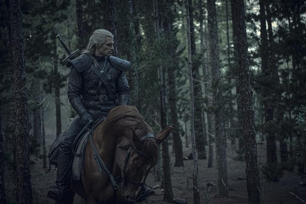 Henry Cavill in una scena della serie The Witcher