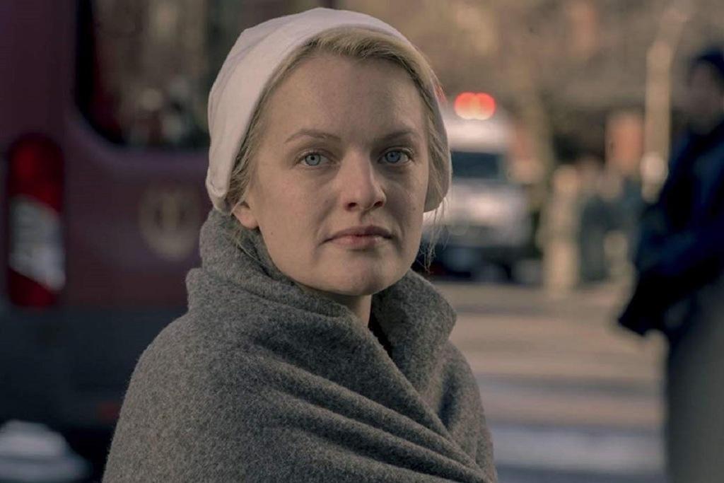 Un primo piano di Elisabeth Moss nella serie The Handmaid's Tale