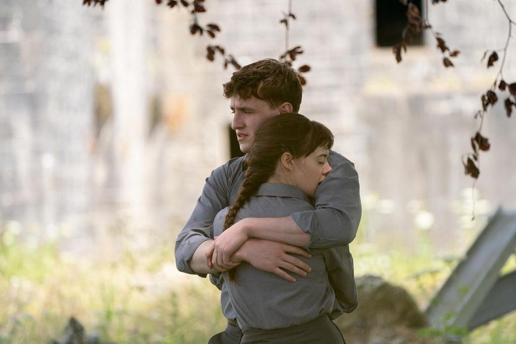 Daisy Edgar-Jones e Paul Mescal in una scena della serie Normal People