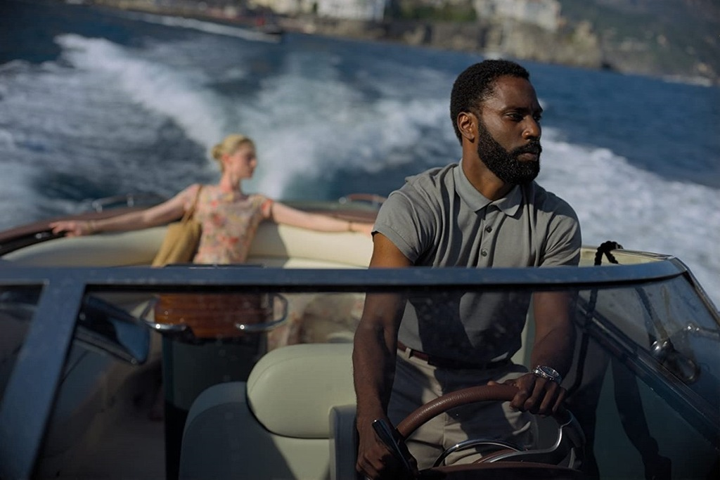 Elizabeth Debicki e John David Washington in una scena del film Tenet