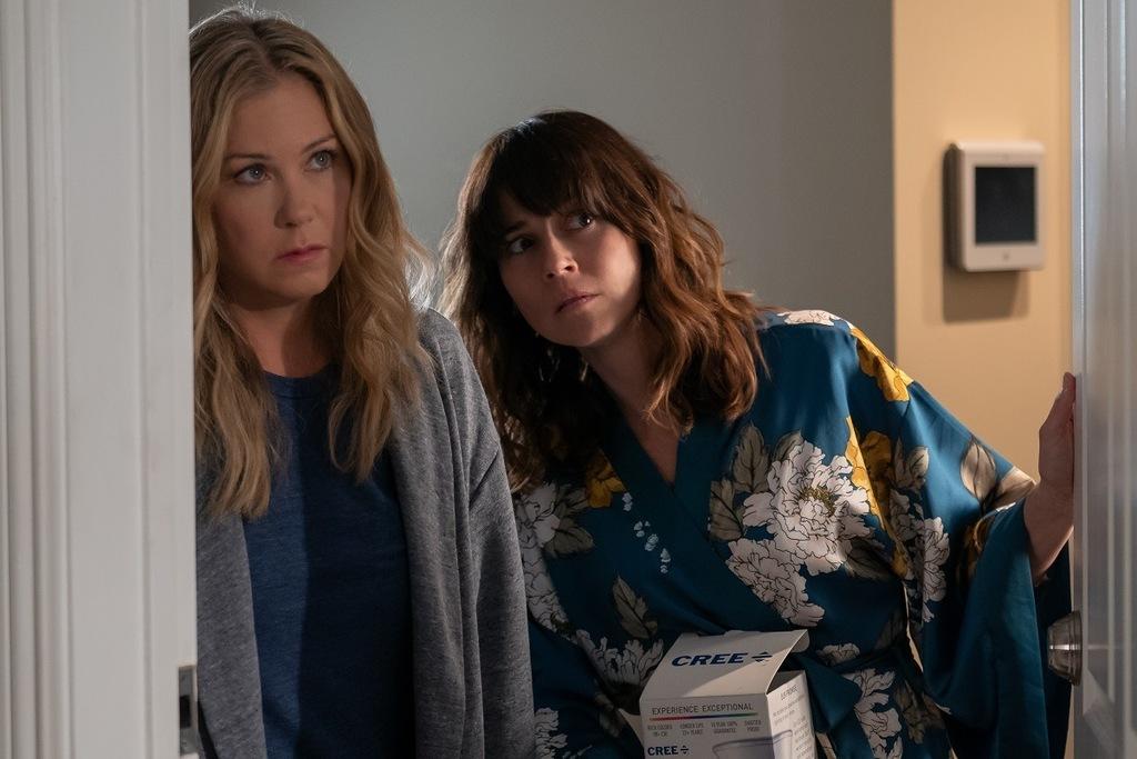 Christina Applegate e Linda Cardellini in una scena di Dead to Me, una delle 5 serie tv in nomination da vedere in vista degli Emmy Awards 2020