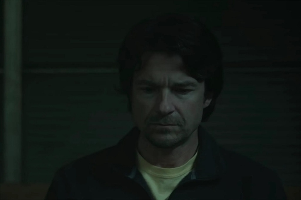 Jason Bateman in una scena della serie The Outsider