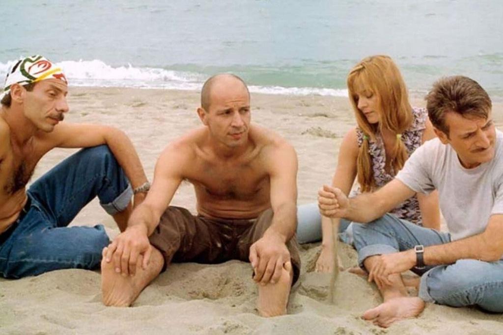 Aldo, Giovanni e Giacomo con Marina Massironi in una scena del film Tre uomini e una gamba