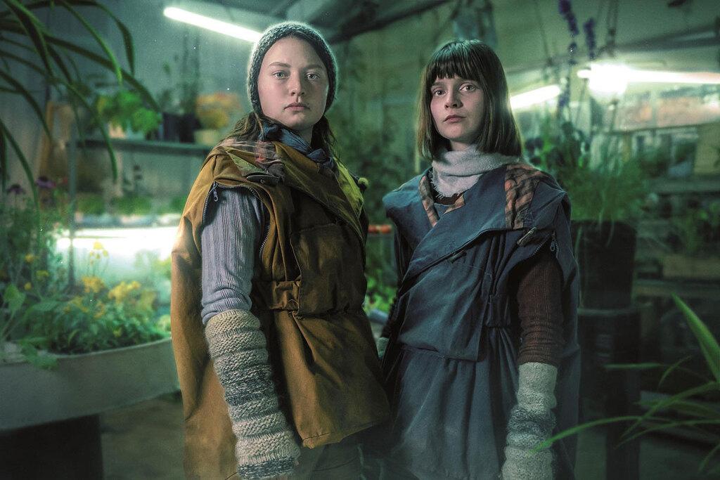 Lola Petticrew e Mia Threapleton in una scena del film Shadows, presentato alla Festa del Cinema di Roma 2020