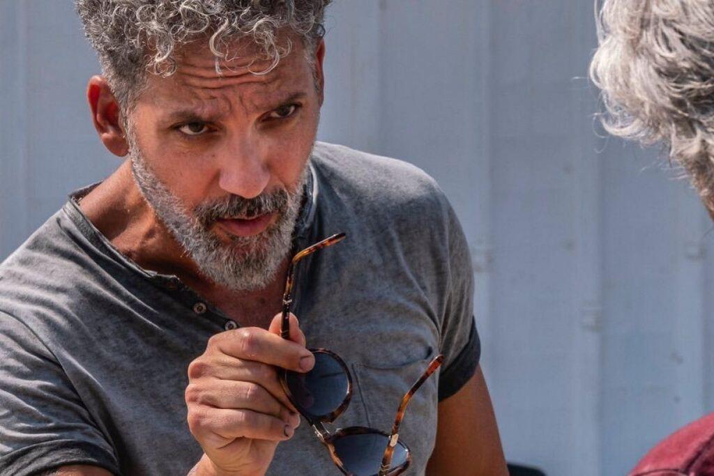 Beppe Fiorello in una scena della serie Gli orologi del Diavolo