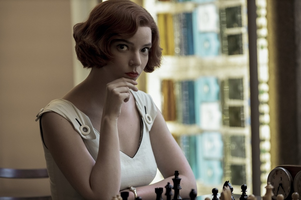 Un primo piano di Anya Taylor-Joy in una scena della serie La regina degli scacchi