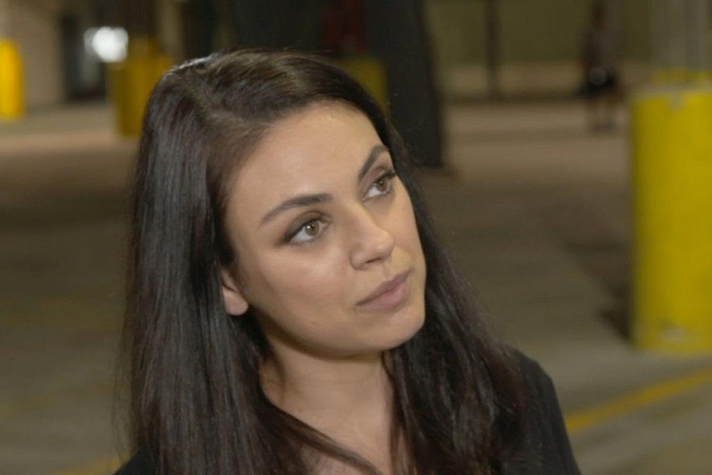 Un primo piano di Mila Kunis in una scena del film Bad Moms: Mamme molto cattive