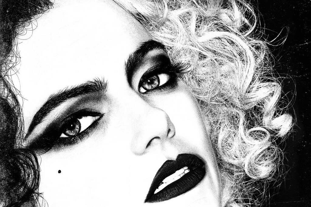 Un primo piano di Emma Stone nel poster di Cruella