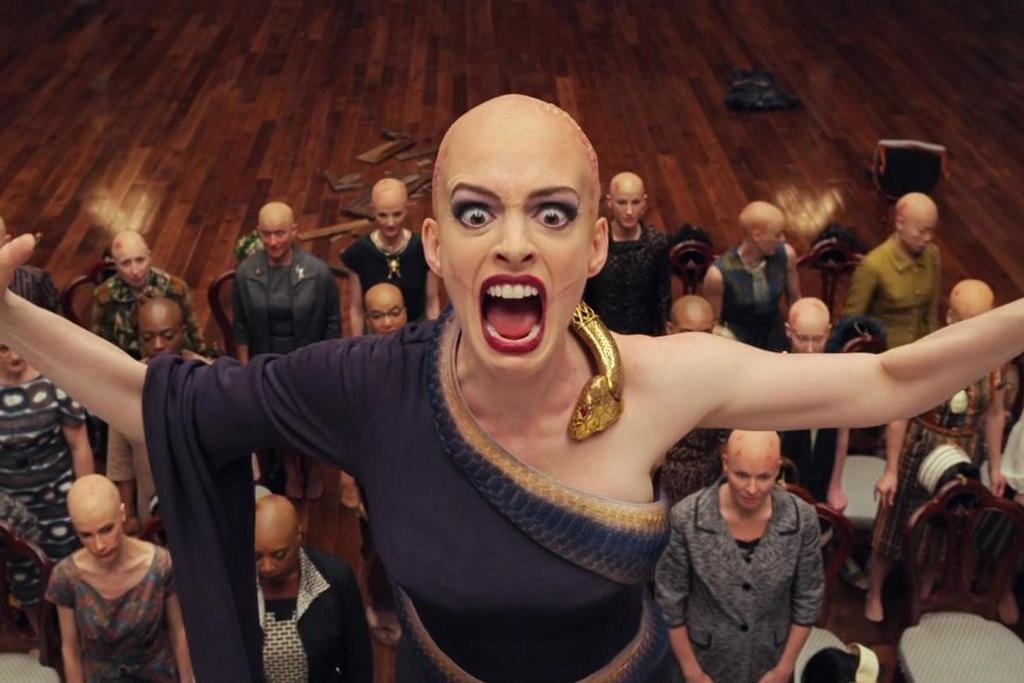 Anne Hathaway in una scena del film Le streghe