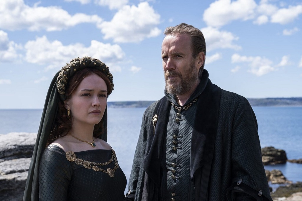 Un primo piano di Olivia Cooke e Rhys Ifans in una scena di House of the Dragon