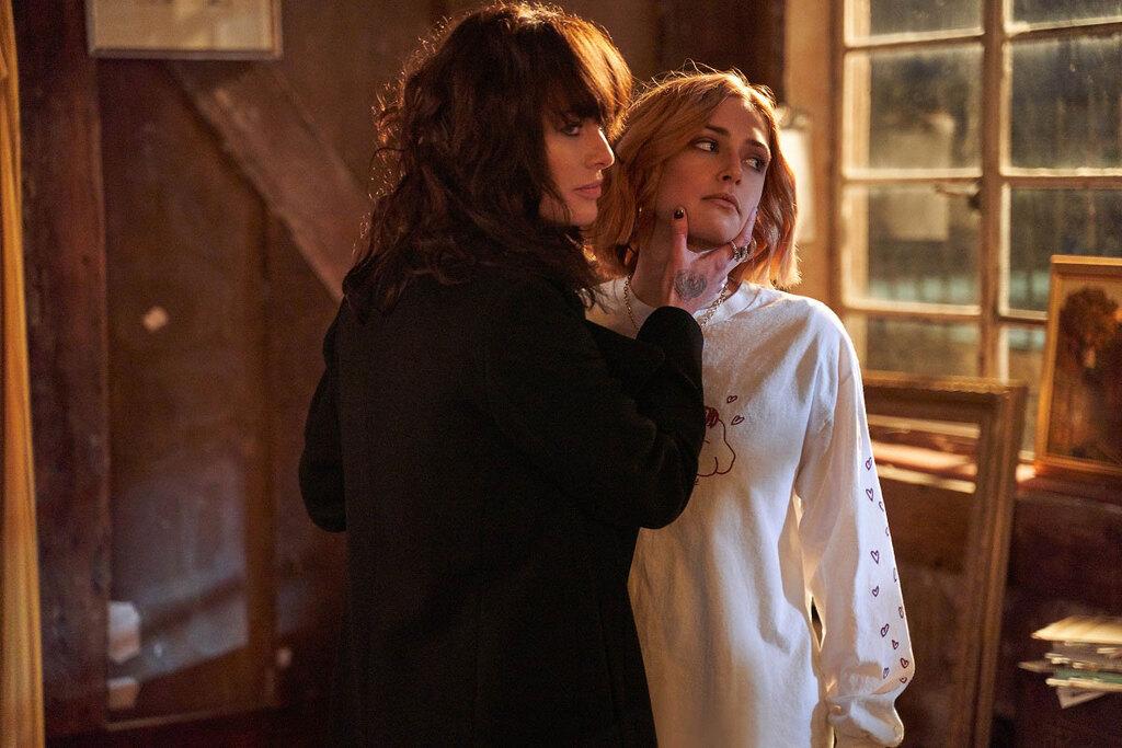 Lena Headey e Sophie Simnett in una scena del film Twist
