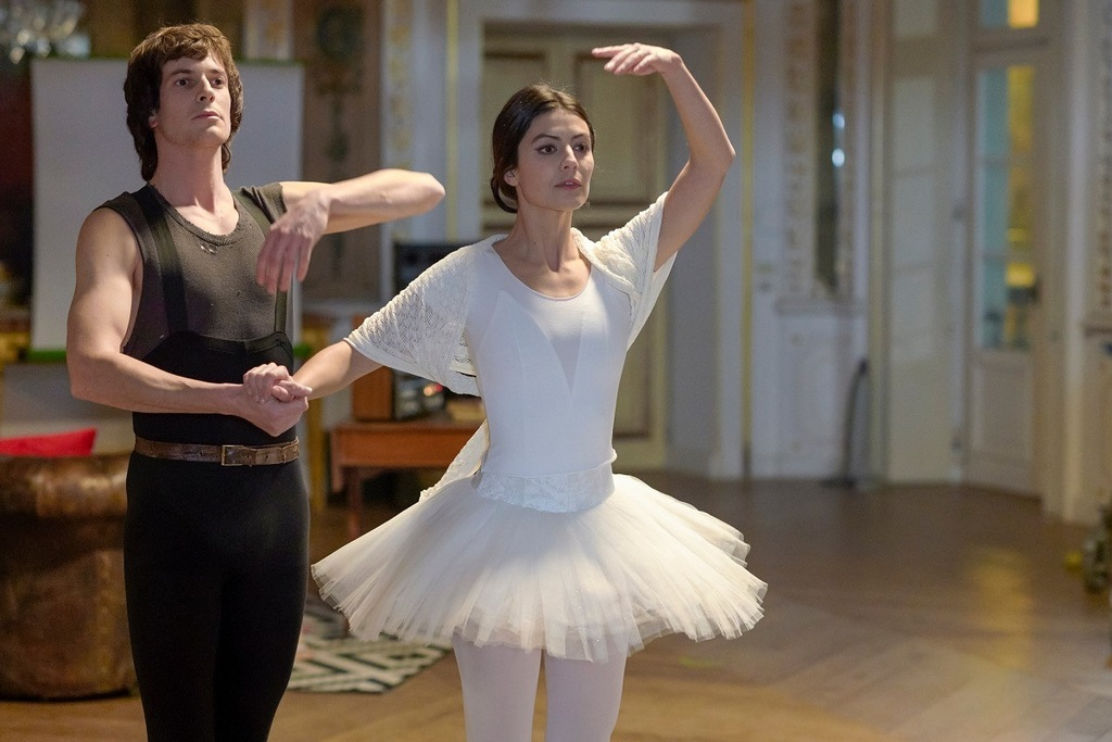 Léo Dussollier e Alessandra Mastronardi in una scena di Carla