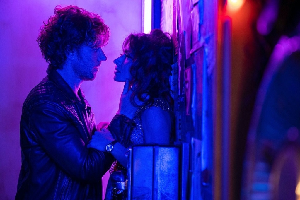 Adam Demos e Sarah Shahi in una scena della serie Sex/Life