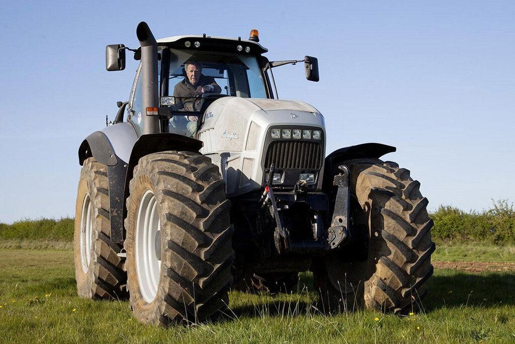 Jeremy Clarkson sul trattore in una scena di Clarkson's Farm