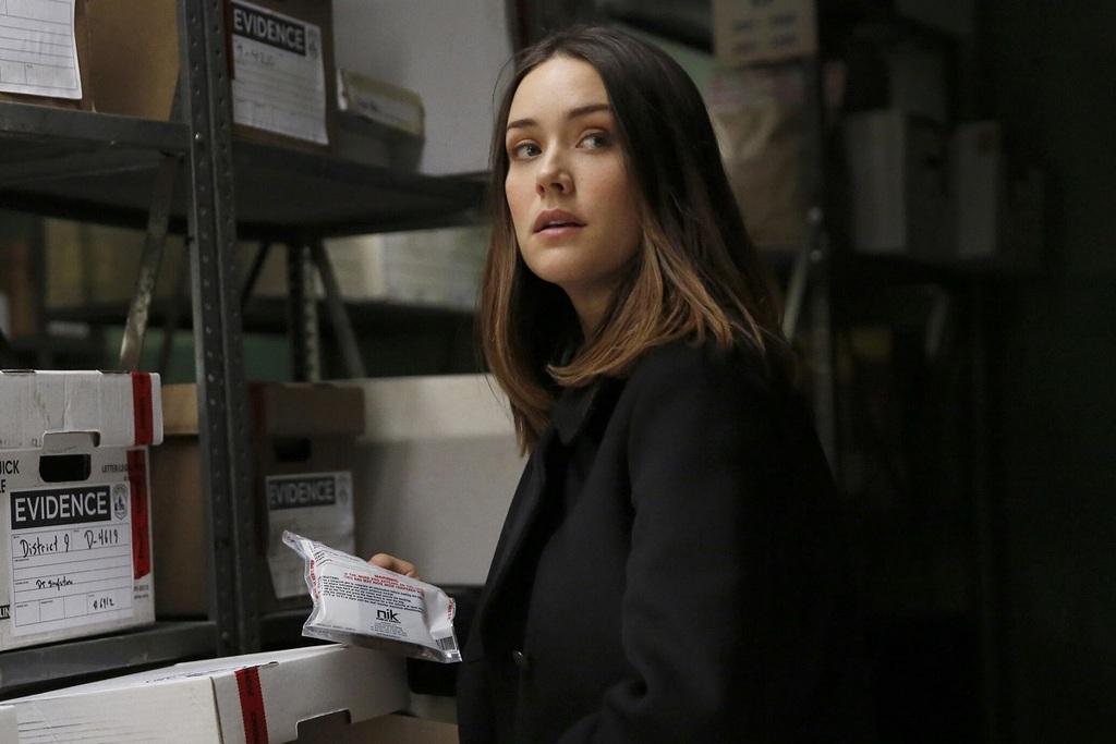 Megan Boone in una scena della serie The Blacklist