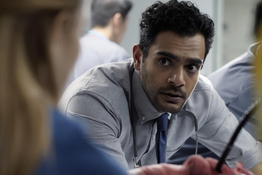 Un primo piano di Hamza Haq in una scena della serie Transplant