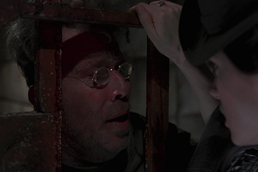 Tom Waits e Winona Ryder in una scena del film Dracula