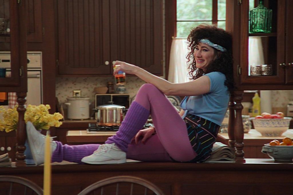 Kathryn Hahn in una scena della serie WandaVision