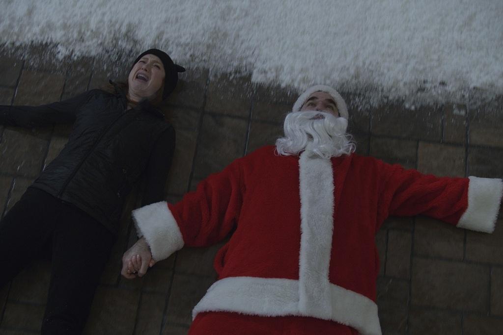 Ellie Kemper e Rob Delaney in una scena del film Home Sweet Home Alone