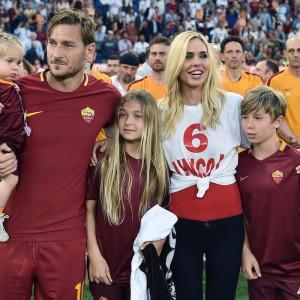 Francesco Totti e Ilary Blasi moderni Sandra e Raimondo: ecco le anticipazione sulla serie tv